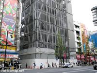 ナカウラ本店跡地のビルに今秋紳士服のAOKI(アオキ)秋葉原店が出店予定